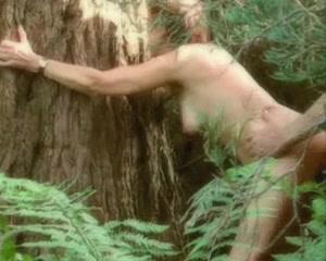 Француженка с обвисшими сиськами обожает лесной секс в роще среди папоротников
