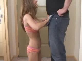 Любительница минета на коленях отсасывает член для развратного видео
