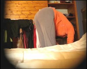 Упитанная леди на видео со скрытой камеры стоит к объективу голой попой