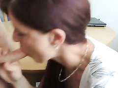 Рыжеволосая немка в домашнем видео чеканит минет ради порции спермы на десерт