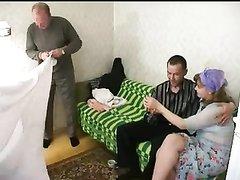 Зрелая пара для группового секса пригласила молодых русских студентов
