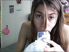Оголтелая студентка в любительском порно тренируется сосать на большой бутылке