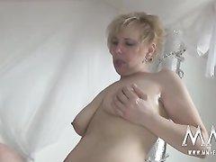 В немецком анальном порно зрелая блондинка в чулках широко раздвигает ноги