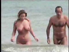 Видео с нудистского пляжа с обнажённой зрелой парочкой вошедшей в воду