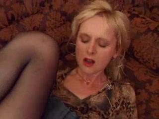 Накрашенная зрелая блондинка в домашнем порно стонет от анальной мастурбации