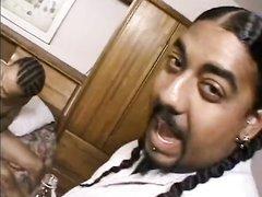 Опытная негритянка в любительском порно ублажила партнёра с чёрным членом