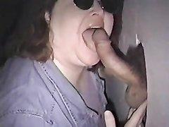 Зрелая домохозяйка надела очки и в видео сосёт член незнакомца через проём в стене