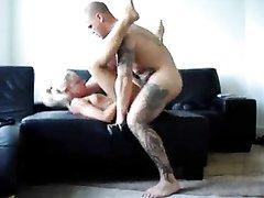 Татуированный чувак в видео со скрытой камеры делает блондинке домашний куни