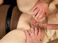 Развратная и грудастая толстуха стонет в домашнем порно и ловко берёт в рот