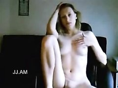 Симпатичная дама усевшись на корточки для видео дрочит киску пальчиками