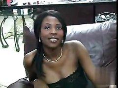 Приветливая негритянка в домашнем видео сосёт белый член до проникновения