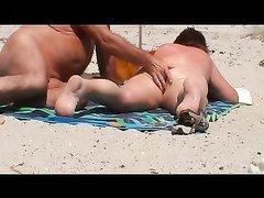 Любитель подглядывать снял на видео зрелую пару загорающую голыми на пляже