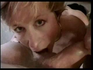Парни с большими членами для анального секса втроём пришли к зрелой домохозяйке в гости